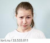 Смятение, непонимание на лице девочки подростка. Стоковое фото, фотограф Кекяляйнен Андрей / Фотобанк Лори