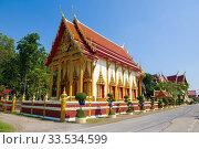 Буддистский храм Wat Bun Tawee крупным планом солнечным днем. Пхетчабури, Таиланд (2018 год). Стоковое фото, фотограф Виктор Карасев / Фотобанк Лори
