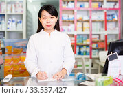 Купить «Portrait of chinese female pharmacist», фото № 33537427, снято 26 февраля 2020 г. (c) Яков Филимонов / Фотобанк Лори