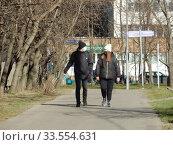 Купить «Пешеходы на улице в дни самоизоляции при коронавирусе Covid-19. Уссурийская улица. Район Гольяново. Город Москва», эксклюзивное фото № 33554631, снято 12 апреля 2020 г. (c) lana1501 / Фотобанк Лори
