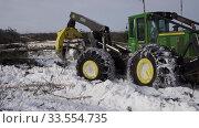 Купить «Механизированная вырубка леса. Трелевочный трактор John Deere 748H в работе. Mechanized felling clearing. John Deere 748H skidder at work.», видеоролик № 33554735, снято 14 апреля 2020 г. (c) Евгений Романов / Фотобанк Лори