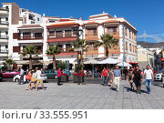 The Plaza de la Patrona de Canarias is a meeting and famous place for tourists. It is next to the Basilica of the Our Lady of Candelaria. Тенерифе, Канары, Испания (2016 год). Редакционное фото, фотограф Кекяляйнен Андрей / Фотобанк Лори