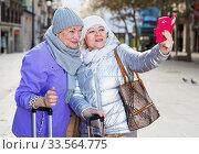 Senior females travelers taking selfie. Стоковое фото, фотограф Яков Филимонов / Фотобанк Лори