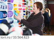 Mature customer in yarn shop. Стоковое фото, фотограф Яков Филимонов / Фотобанк Лори