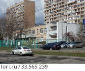 Двухэтажное здание серии VI-49, построено в 1991 году. Школа № 1598 — дошкольное отделение № 15. Район Гольяново. Город Москва. Редакционное фото, фотограф lana1501 / Фотобанк Лори