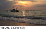 Лодка на закате в Индийском океане. Шри-Ланка. Стоковое видео, видеограф Виктор Карасев / Фотобанк Лори