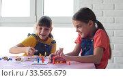 Две девочки радостно и весело играют в настольные игры. Стоковое видео, видеограф Иванов Алексей / Фотобанк Лори
