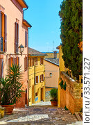 Street in Santarcangelo di Romagna on sunny day (2020 год). Стоковое фото, фотограф Роман Сигаев / Фотобанк Лори