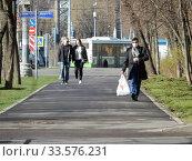 Купить «Пешеходы на улице в дни самоизоляции при коронавирусе Covid-19. Хабаровская улица. Район Гольяново. Город Москва», эксклюзивное фото № 33576231, снято 18 апреля 2020 г. (c) lana1501 / Фотобанк Лори