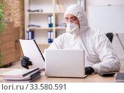 Купить «Office worker working in quarantine self-isolation», фото № 33580591, снято 19 марта 2020 г. (c) Elnur / Фотобанк Лори