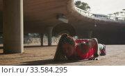 Купить «Caucasian woman doing push-ups under a bridge», видеоролик № 33584295, снято 9 апреля 2019 г. (c) Wavebreak Media / Фотобанк Лори
