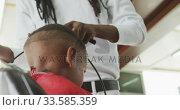 Купить «African man cutting African boy hair », видеоролик № 33585359, снято 19 сентября 2019 г. (c) Wavebreak Media / Фотобанк Лори