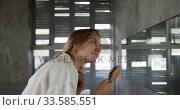 Side view of caucasian woman brushing hair in hotel. Стоковое видео, агентство Wavebreak Media / Фотобанк Лори