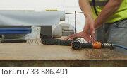 Купить «Workers assembling two objects», видеоролик № 33586491, снято 28 сентября 2019 г. (c) Wavebreak Media / Фотобанк Лори