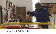 Worker screwing an object. Стоковое видео, агентство Wavebreak Media / Фотобанк Лори