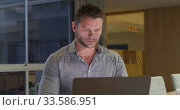 Купить «Businessman working on laptop in a modern office», видеоролик № 33586951, снято 29 мая 2019 г. (c) Wavebreak Media / Фотобанк Лори