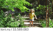 Купить «Little girl wandering in nature», видеоролик № 33589083, снято 23 января 2020 г. (c) Wavebreak Media / Фотобанк Лори