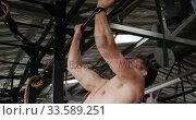 Side view athletic Caucasian man doing chin ups . Стоковое видео, агентство Wavebreak Media / Фотобанк Лори