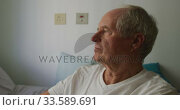 Senior man in social distancing in his room of retirement house. Стоковое видео, агентство Wavebreak Media / Фотобанк Лори