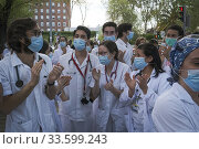 Jimenez Diaz Foundation, 8 pm applause from the health workers, police, Beatriz Villacis vice mayor of Madrid and the rest of the citizens confined by the coronavirus pandemic. Madrid Spain. Редакционное фото, фотограф Antonio Navia Herrero / age Fotostock / Фотобанк Лори
