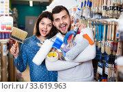 Купить «Couple purchasing tools for house improvements in paint supplies store», фото № 33619963, снято 9 марта 2017 г. (c) Яков Филимонов / Фотобанк Лори