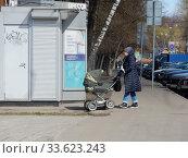 Купить «Женщина с коляской в дни самоизоляции при коронавирусе Covid-19. Сахалинская улица. Район Гольяново. Город Москва», эксклюзивное фото № 33623243, снято 21 апреля 2020 г. (c) lana1501 / Фотобанк Лори