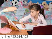 Девочка в домашней обстановке делает уроки. Стоковое фото, фотограф Иванов Алексей / Фотобанк Лори