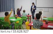 Купить «Teacher conducts lesson in elementary school», видеоролик № 33628927, снято 29 января 2020 г. (c) Яков Филимонов / Фотобанк Лори
