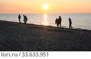 Дети на берегу моря в лучах заходящего солнца. Силуэты детей. Стоковое видео, видеограф Олег Хархан / Фотобанк Лори