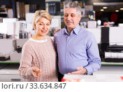 Woman and man are visiting shop of household appliances for surv. Стоковое фото, фотограф Яков Филимонов / Фотобанк Лори