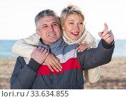 Купить «Ordinary husband points to something interesting», фото № 33634855, снято 2 июля 2020 г. (c) Яков Филимонов / Фотобанк Лори