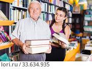 Old man with granddaughter are choosing books. Стоковое фото, фотограф Яков Филимонов / Фотобанк Лори