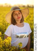 Купить «Девушка в соломенной шляпке в поле рапса», фото № 33635671, снято 25 апреля 2020 г. (c) Марина Володько / Фотобанк Лори