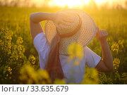 Купить «Девушка в соломенной шляпке в поле рапса», фото № 33635679, снято 25 апреля 2020 г. (c) Марина Володько / Фотобанк Лори
