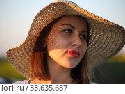 Купить «Девушка в поле в соломенной шляпке», фото № 33635687, снято 25 апреля 2020 г. (c) Марина Володько / Фотобанк Лори