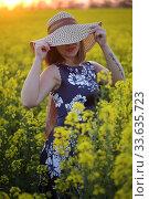 Купить «Девушка в поле в соломенной шляпке», фото № 33635723, снято 25 апреля 2020 г. (c) Марина Володько / Фотобанк Лори