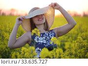 Купить «Девушка в поле в соломенной шляпке», фото № 33635727, снято 25 апреля 2020 г. (c) Марина Володько / Фотобанк Лори