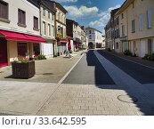 Купить «Empty main shopping street during coronavirus lock down, Lauzun, Lot-et-Garonne Department, Nouvelle Aquitaine, France.», фото № 33642595, снято 11 апреля 2020 г. (c) age Fotostock / Фотобанк Лори