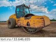 Gelbe Straßenwalze auf einer lehmigen Baustelle / yellow road roller at a loamy construction site. Стоковое фото, фотограф Zoonar.com/D I G I - F O T O G R A F I E / easy Fotostock / Фотобанк Лори