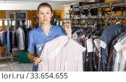 Купить «Portrait of dry-cleaning salon worker», фото № 33654655, снято 22 января 2019 г. (c) Яков Филимонов / Фотобанк Лори