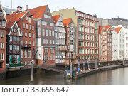 Hamburg view with colofrul living houses in Altstadt (2018 год). Редакционное фото, фотограф EugeneSergeev / Фотобанк Лори