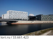 Berlin, Germany - Office building and the Federal Ministry of Research on the chapel shore. (2020 год). Редакционное фото, агентство Caro Photoagency / Фотобанк Лори