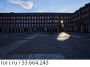 Empty streets and social distancing during the Coronavirus outbreak. Plaza Mayor Square on April 29, 2020 in Madrid. Редакционное фото, фотограф Manuel Cedron / age Fotostock / Фотобанк Лори