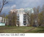 Купить «Пятиэтажный четырёхподъездный блочный жилой дом серии I-510, построен в 1962 году (13-я Парковая ул., 37, корп. 1). Четырнадцатиэтажный трёхподъездный монолитный жилой дом, построен в 2015 году (Щёлковское шоссе, 74). Район Северное Измайлово. Москва», эксклюзивное фото № 33667443, снято 29 апреля 2020 г. (c) lana1501 / Фотобанк Лори