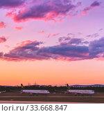 Die Flotte der deutschen Lufthansa geparkt auf der Landebahn Nordwest am Flughafen Frankfurt am Main in der Abendsonne mit schönem, farbenfrohem Himmel. Стоковое фото, фотограф Zoonar.com/Michel Lask / age Fotostock / Фотобанк Лори