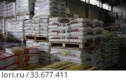 Купить «Various fertilizers in plastic sacks on pallets in large garden center of Barcelona», видеоролик № 33677411, снято 14 ноября 2019 г. (c) Яков Филимонов / Фотобанк Лори