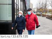 Пожилые люди на улице во время эпидемии в маске. Редакционное фото, фотограф Victoria Demidova / Фотобанк Лори