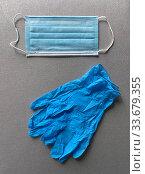 Одноразовая медицинская маска и пара резиновых перчаток. Стоковое фото, фотограф Мария Кылосова / Фотобанк Лори