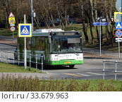Автобус на рейсе. Байкальская улица. Район Гольяново. Город Москва. Редакционное фото, фотограф lana1501 / Фотобанк Лори