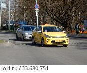 Желтый автомобиль с шашечками такси едет по Байкальской улице. Район Гольяново. Город Москва. Редакционное фото, фотограф lana1501 / Фотобанк Лори